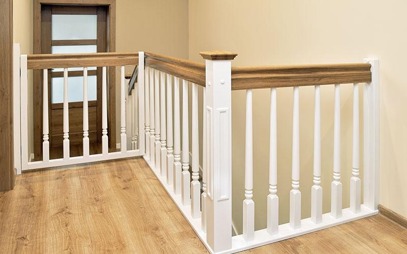 Die Holzwangentreppe im modernen Landhausstil verbreitet viel Eleganz und Gemütlichkeit in den eigenen vier Wänden.
